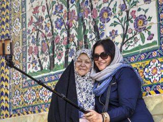 Foto tirada por uma turista com uma senhora do Irã.