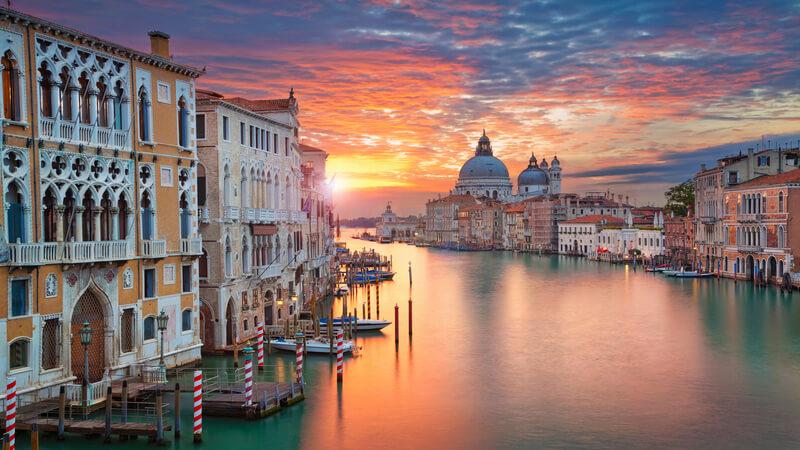 Rio de Veneza iluminado pelo pôr do sol